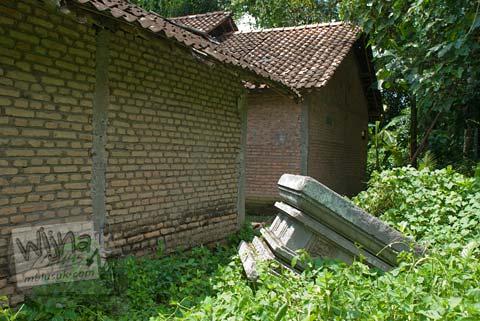 Foto yoni di halaman rumah warga di desa Madurejo, Prambanan tahun 2009