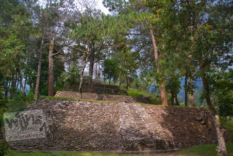 Suasana di sekitar Candi Kethek di Karanganyar, Jawa Tengah yang dikelilingi pohon tinggi