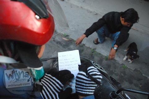 Menulis surat ke pemilik anjing di Cangkringan untuk dievakuasi dari bencana erupsi Merapi pada Oktober 2010