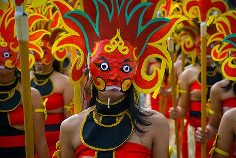 Penari bertopeng cantik di Festival Upacara Adat Yogyakarta, November 2009