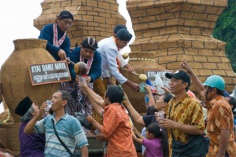 Mengantri Air Enceh di Festival Upacara Adat, November 2009