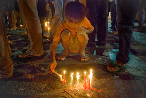 Seorang anak turut menyalakan lilin tuk mengenang Gus Dur.