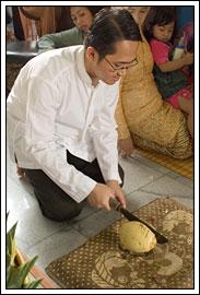 Tradisi memecah kelapa di rangkaian upacara mitoni ibu hamil