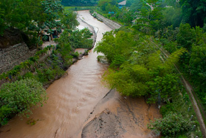 Endapan material lahar (kanan) di Kali Code Kota Jogja saat bencana erupsi Merapi 2010