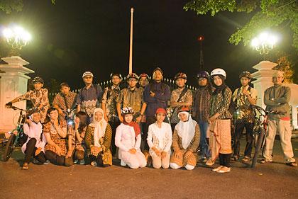 SPSS bersepeda di memperingati hari Kartini 2010 di Kota Jogja Night Ride