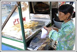 Penjual Kentang Arab khas Bandung itu ibu tua pakai seragam batik Sekolah Al-Azhar