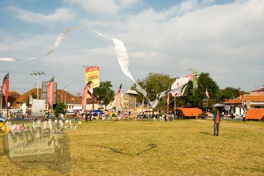 Bermain Layang-Layang di Alun-Alun kota Magelang di bulan Juni 2008