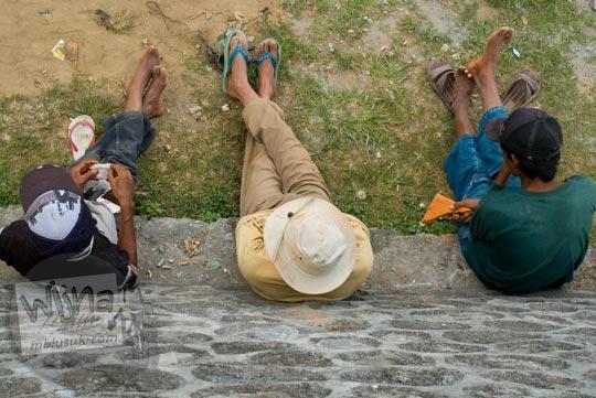 Foto Pekerja Istirahat di Ketep Pass, Magelang di bulan Juni 2008