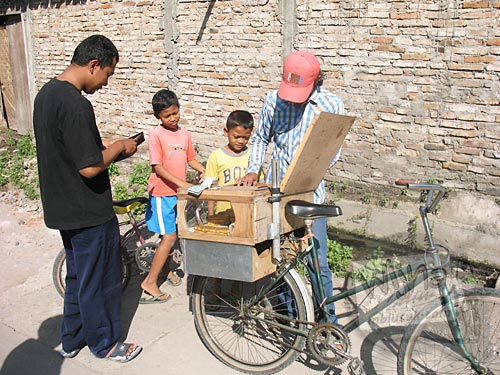 mahasiswa KKN UGM Gunawan Saputra Usman menraktir jajan anak-anak desa