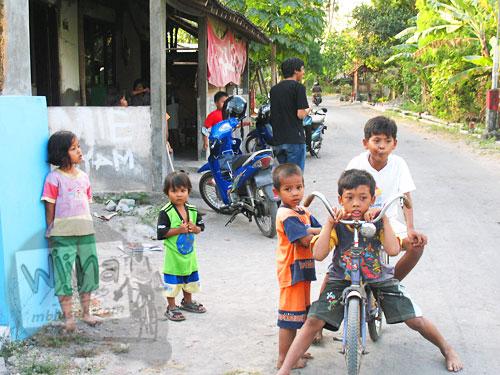Cerita mahasiswa KKN UGM Bermain bersama anak-anak desa di depan pondokan subunit