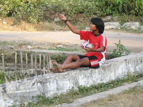 Cerita mahasiswa KKN bermain layang-layang dengan anak perempuan desa tomboi