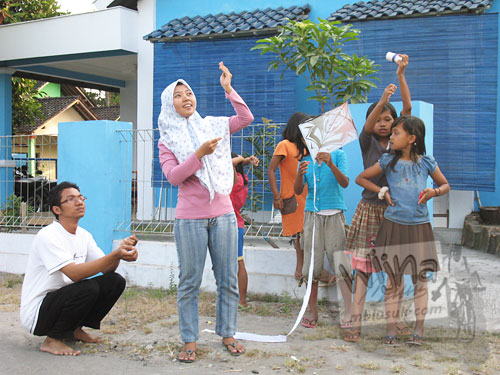 Cerita mahasiswa KKN Bermain layang-layang bersama anak-anak desa