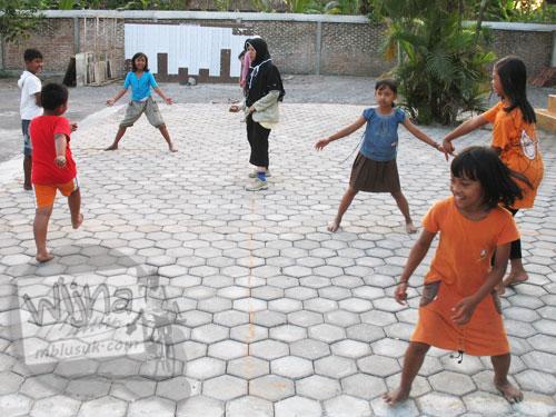 Cerita mahasiswa KKN bermain gobak sodor bersama anak-anak desa