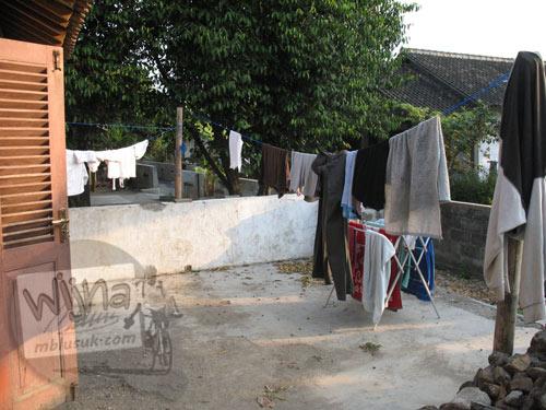 Foto teras belakang tempat jemuran baju di rumah pondokan mahasiswa KKN UGM