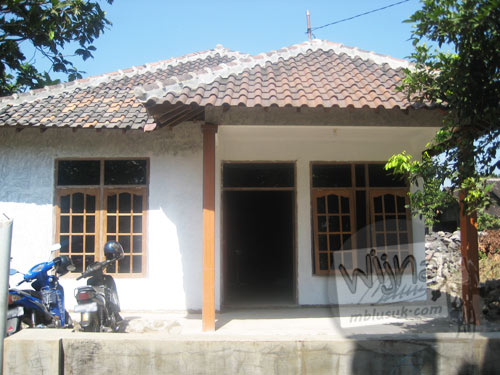 Foto tampak depan rumah pondokan mahasiswa KKN UGM zaman dulu
