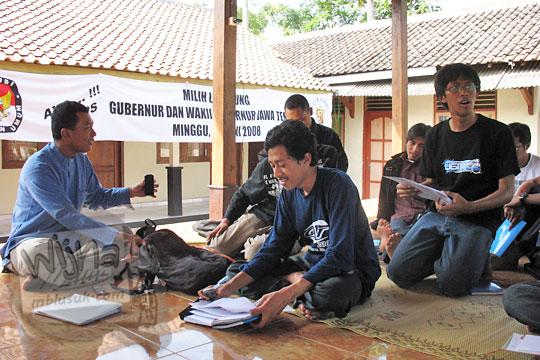 foto mahasiswa KKN universitas gadjah mada UGM yogyakarta sedang rapat program kerja di balai desa Kebondalem Kidul Prambanan Klaten Jawa Tengah