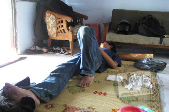 foto mahasiswa KKN universitas gadjah mada UGM yogyakarta sedang tidur di lantai pondokan