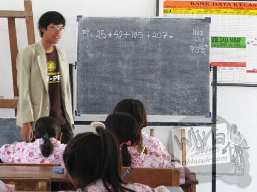 Mahasiswa KKN UGM berdiskusi mengenai program kerja yang membingungkan