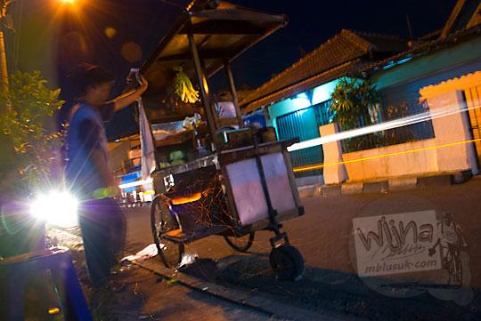 foto penjual bakmi jawa memakai gerobak di pinggir jalan kota jogja pada zaman dulu sekitar tahun 2008