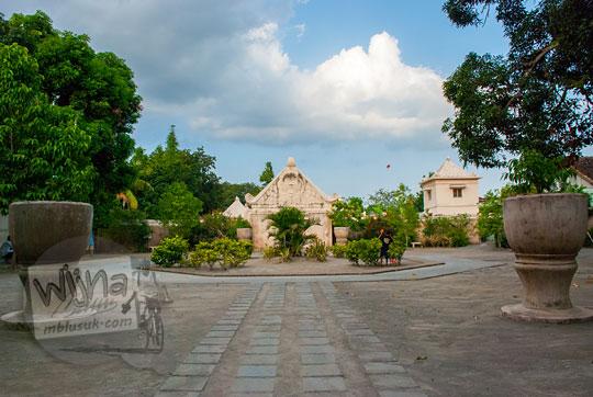 foto sisa struktur bekas bangunan menara gedhong lopak-lopak di kawasan situs taman sari pada zaman dulu tahun 2008