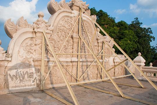 foto penyangga bangunan gedhong gapura hageng karena gempa bumi di situs taman sari pada zaman dulu tahun 2008