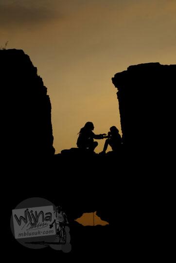 foto siluet pasangan cowok cewek pacaran yang memadu kasih di Pulo Kenanga situs taman sari pada zaman dulu tahun 2008