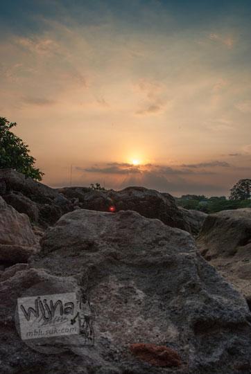 foto pemandangan sunset matahari senja bulat dari Pulo Kenongo situs taman sari pada zaman dulu tahun 2008