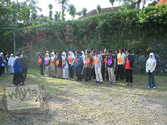 foto mahasiswa baru prodi matematika ugm angkatan 2005 peserta kegiatan malam keakraban pada september 2005 di kaliurang yogyakarta
