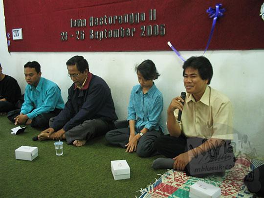 foto diskusi bersama dosen prodi matematika ugm yaitu pak budi surodjo, bu lina aryati dan pak supama dalam kegiatan malam keakraban mahasiswa prodi matematika ugm pada september 2005