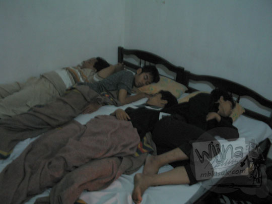 foto panitia kegiatan malam keakraban mahasiswa prodi matematika ugm tidur bareng satu kamar satu ranjang cowok cewek penginapan hotel bebas kaliurang pada september 2005
