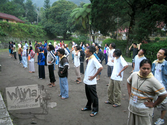 foto senam pagi bareng sebelum acara inti kegiatan malam keakraban mahasiswa prodi matematika ugm pada september 2005