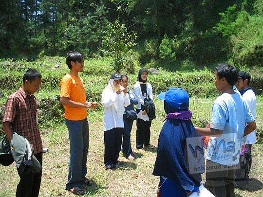 foto pos outbond di hutan kaliurang dijaga oleh kakak angkatan mahasiswa prodi matematika ugm pada september 2005