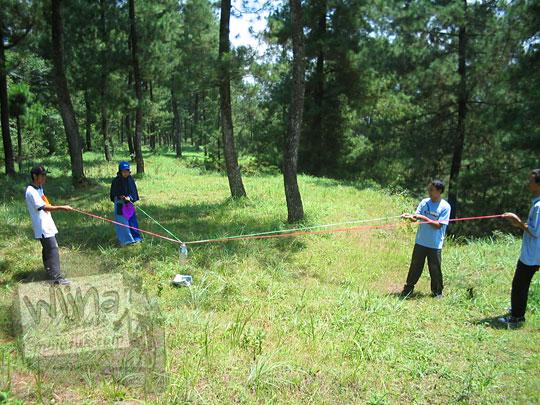 foto games permainan outbond detosifikasi di hutan kaliurang dekat kali kuning pada september 2005