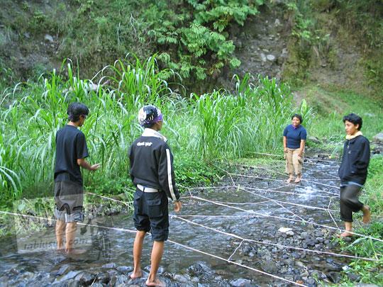foto games permainan outbond ranjau air di sungai kali kuning pada september 2005