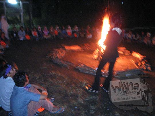 foto malam api unggun di kegiatan malam keakraban mahasiswa prodi matematika ugm pada september 2005