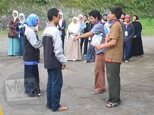 foto serah terima mandat ketua angkatan di akhir kegiatan malam keakraban mahasiswa prodi matematika ugm pada september 2005