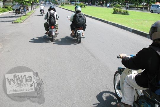 foto mahasiswa matematika ugm samsul arifin dosen naik motor di jalan boulevard ugm pada zaman dulu di yogyakarta tahun 2006