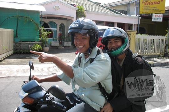 mahasiswa matematika ugm gunawan saputra usman dan rully charitas indra pramana naik motor lewat depan spbu lempuyangan pada zaman dulu di yogyakarta tahun 2006
