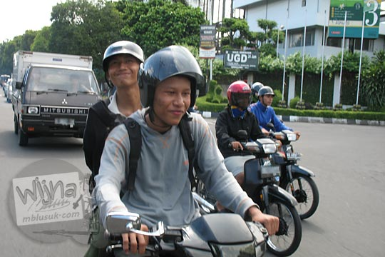 mahasiswa matematika ugm raditya panji umbara dan ardiyanto naik motor di perempatan pabrik susu sgm pada zaman dulu di yogyakarta tahun 2006
