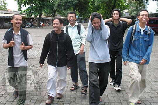 foto wisata anak kuliah mahasiswa ugm saat jalan-jalan di kebun binatang gembiraloka pada zaman dulu di yogyakarta tahun 2006