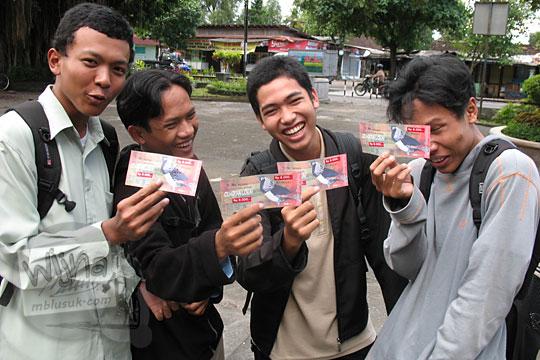 mahasiswa ugm memperlihatkan harga tiket masuk kebun binatang gembiraloka pada zaman dulu di yogyakarta tahun 2006