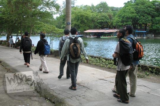 mahasiswa cowok pakai tas ransel jalan kaki di pinggir danau moyang tirto kebun binatang gembiraloka pada zaman dulu di yogyakarta tahun 2006