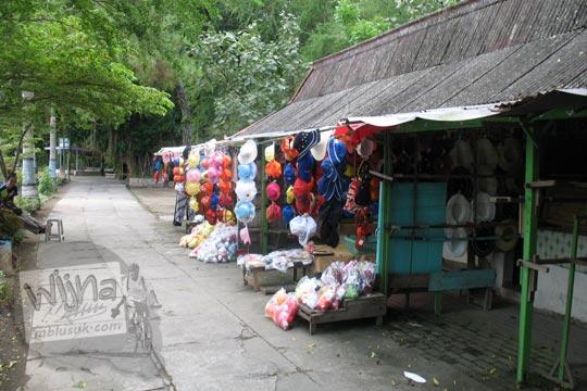 foto kios-kios suvenir topi di sepanjang jalan kebun binatang gembiraloka pada zaman dulu di yogyakarta tahun 2006