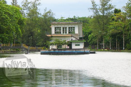wujud penampakan pulau buatan di tengah danau mayang tirta kebun binatang gembiraloka pada zaman dulu di yogyakarta tahun 2006