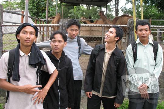 foto ramai-ramai mahasiswa matematika ugm culun cupu saat berwisata di kebun binatang gembiraloka pada zaman dulu di yogyakarta tahun 2006