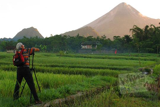 fotografer tua memotret gunung merapi dari persawahan cangkringan sleman jogja pada zaman dulu tahun 2006