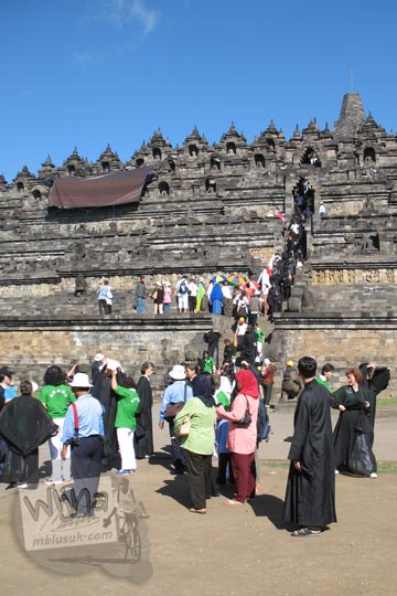 biksu-biksu berpakaian hitam memadati candi borobudur pada zaman dulu tahun 2006