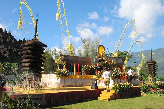 desain altar panggung buddha untuk acara waisak di candi borobudur pada zaman dulu tahun 2006