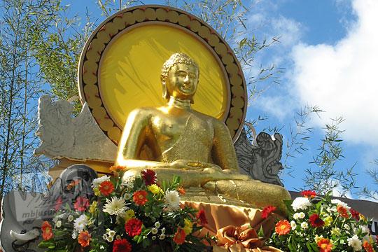 patung buddha emas yang dipajang pada acara waisak di candi borobudur pada zaman dulu tahun 2006