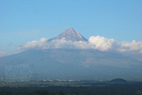 gunung merapi terlihat jelas dari puncak candi borobudur pada zaman dulu tahun 2006